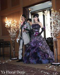 ご紹介が続いておりますこちらのおふたり(桜の花冠、赤いブーケとアクセサリー)のカラードレスへのお色直しのときのご様子です。 白ドレスから黒と紫色のダーク...