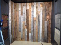 C'est « IN » et on aime ça ! Transformez vos espaces avec nos Murs de Bois de Grange véritable ! Mélangez nos 3 couleurs disponibles : brun, gris et blanc ou spécifiez-en juste une ! Choisissez entre notre version 3D de bois de grange véritable ou optez pour notre bois de grange à épaisseur égale ! Installez-le à la verticale ou à l'horizontal ! Panel, Decoration, Divider, Palette, Diy, Furniture, Fitness, Home Decor, Walls