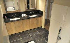 Badkamer modern landelijk interieuridee Bathroom Styling, Bathroom Ideas, Bathroom Toilets, Double Vanity, Bathtub, Kitchen Cabinets, Home Decor, Style, Google