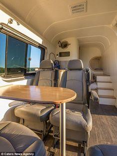 Der 37-jährige Ingenieur Jack Richens und seine Freundin, die ebenfalls Ingenieurin ist, hatten den Traum, ihren Mercedes Sprinter aus 2012 in ein wahres Haus zu verwandeln. Er kaufte den Bus für ungefähr $10.000 und gab nochmal $8.500 aus, um daraus ein fahrendes Haus zu machen. Das Ergebnis? Großartig! Sie können darin schlafen, sitzen und natürlich …