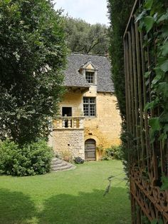 Belle France, Miss France, Places Around The World, Around The Worlds, Fairytale Cottage, Dordogne, Minecraft Ideas, French Chateau, Palaces