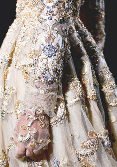 Opulent fashion details - richly embellished, decorative patterns and luxurious textures // Valentino Haute Couture Style Couture, Couture Details, Couture Fashion, Runway Fashion, Look Fashion, Fashion Details, High Fashion, Fashion Show, Fashion Design