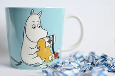 Muumipeikko rakentaa taloa Moomin Mugs, Tove Jansson, Snoopy, Magic, My Love, Creative, Artwork, Fictional Characters, Work Of Art