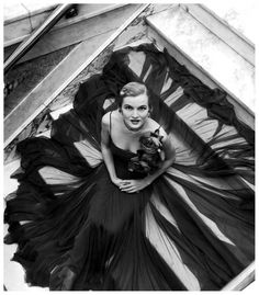 model-is-wearing-a-rose-decked-steel-gray-chiffon-gown-which-from-a-20-inch-waist-spreads-to-a-40-yard-circumference-by-traina-norell-photo-by-nina-lee-1949 (549x626, 163Kb)