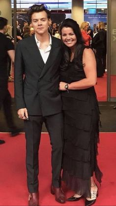 Harry and his mom. anne looks so beautiful Harry Styles Cute, Harry Styles Pictures, Harry Edward Styles, Anne Cox, Birthday Presents For Him, Harry Styles Imagines, 1d Imagines, Birthday Love, Birthday Cupcakes