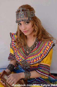Robe et bijoux kabyles.