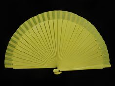 Abanico de madera liso. Color: Amarillo. Medida: 23 cm.