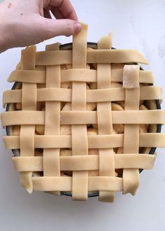 Ik houd enorm van appeltaart, maar het enige waar ik mij altijd aan ergerde was de slordigheid van het raster. Het deeg scheurde ook altijd waardoor ik geen fatsoenlijk raster kon maken. Tot ik op een dag een deeg had gevonden waar ik heerlijk mee kon werken. Nu kon ik eindelijk die strakke appeltaart maken...Lees Meer » Apple Desserts, Apple Recipes, Sweet Recipes, Cake Recipes, Dutch Recipes, Pie Cake, No Bake Cake, Netherlands Food, Cherry On The Cake