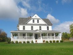 farm house love, wrap around porch, white paint, hanging ivy, swoon....