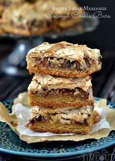 It's hard to resist these gorgeous Brown Sugar Meringue Coconut Cookie Bars. This recipe has a sweet cookie crust with chocolate chips, coconut, pecans, and a magnificent brown sugar meringue. Cookie Desserts, Sweet Desserts, Cookie Bars, Just Desserts, Sweet Recipes, Delicious Desserts, Cookie Crust, Meringue Desserts, Yummy Food