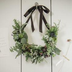 服と雑貨のショップ studio CLIP(スタディオクリップ)「今日の日を、忘れられない一日に。」という言葉を胸に、一日一日を大切に丁寧に生きていくライフスタイルを提案していきます。 Diy Christmas Garland, Holiday Wreaths, Handmade Christmas, Christmas Decorations, Flower Crafts, Dried Flowers, Christmas Time, Floral Arrangements, Floral Wreath