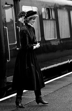 1985-03-07 Diana arrives at Alfreton Station, Derbyshire, for her visit to Nottinghamshire