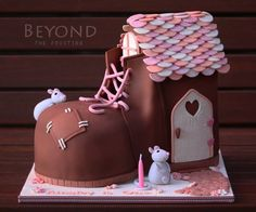 Little mice that live in a shoe cake! Too cute!