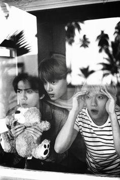 Baekhyun: why is my channie with them? Kai: why is my kyungsoo with pcy and luhan? Sehun: how can my luhan go with them? Exo Kai, Exo Chen, Exo Memes, Btob, Baekhyun Photoshoot, Vixx, Exo Dear Happiness, Sekai Exo, Let You Go