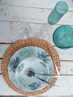 """L'assiette plate en porcelaine BELEM, avec son décor de feuilles de palmier, est complètement dans la tendance automnale. On joue ici le côté """"tropical chic"""" qui permet d'utiliser ce service d'assiettes en toutes circonstances : au quotidien ou pour recevoir. Vous aurez plaisir à apporter également une touche de couleur vert émeraude à votre table avec les verres KAD pour apporter élégance et style.  #wildnature #assietteporcelaine #vertchasseur #artdelatable #brunoevrard #brunoevrardstyle Service Assiette, Wild Nature, Decoration, Chic, Tableware, Style, Tropical Leaves, China Painting, Hunter Green"""