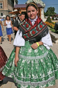 folkthings: A Hungarian folk costume - love the fabric combinations Traditional Fashion, Traditional Dresses, Costumes Around The World, Folk Clothing, Beauty Around The World, Folk Costume, People Of The World, Ethnic Fashion, Lany