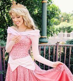 Disney Cosplay at its best! Sora at Disney World! Sleeping Beauty Cosplay, Sleeping Beauty Costume, Aurora Sleeping Beauty, Aurora Costume, Rose Costume, Costume Dress, Cute Costumes, Disney Costumes, Disneyland Princess
