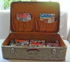 Mala antiga usada como revisteiro. também serve para guardar discos, livros, DVD's...Qual o tamanho de mala que você precisa? =)