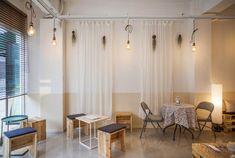 페르마타 카페 인테리어 - 흰색 커텐, 목재 의자, 그목 테이블, 드라이 플라워, 레일등
