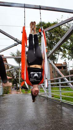 BIENESTAR, YOGA AEREO, BENEFICIOS AEROYOGA POSTURA, descripción de la postura de la Vela Aérea #yogaaereo #aeroyoga #aeropilates#pilatesaereo #aerialyoga #aerialpilates #yoga #pilates #fitness #training #sport #rafaelmartinez #acro #acrobatic #aero #wellness #bienestar
