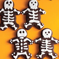 Now why didn't I think of this -  these are gingerbread men dressed up like skeletons by adding a little white icing!