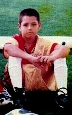 Javier Hernandez as a child Young Football Players, Remembering Dad, Baby Feet, Messi, Grande, Retro, Dads, Childhood, Idol