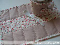 Mug Rug | deise PAES - Ateliê | 1DC777 - Elo7  {<3 the stitching detail and mug wrap!}