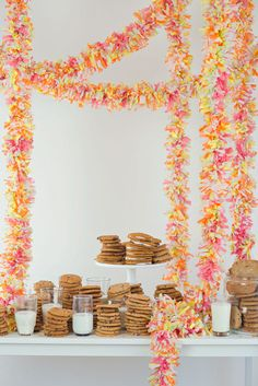 Giant Festooning DIY--what a fun addition to a party! Grad Parties, Holiday Parties, Tissue Paper Garlands, Tissue Paper Decorations, Streamer Decorations, Crepe Paper Streamers, Party Like Its 1999, Party Entertainment, Diy Party Decorations