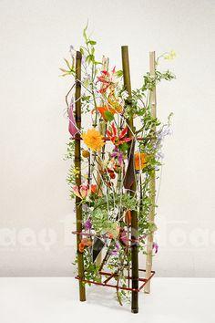 IHK-Blumenwettbewerb-Finale FT_News-Flo . - Blumenarrangements im Haus Purple Flower Arrangements, Modern Floral Arrangements, Purple Flowers, Science Classroom Decorations, Modern Floral Design, Home Flowers, How To Preserve Flowers, Nature Decor, Flower Designs