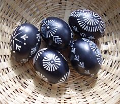 Velikonoční kraslice - černobílá (pysanki), by Fler. - White wax on dyed eggs. Easter Egg Crafts, Easter Eggs, Polish Easter, Easter Egg Pattern, Egg Tree, Easter Egg Designs, Christmas Decorations, Christmas Ornaments, Egg Decorating