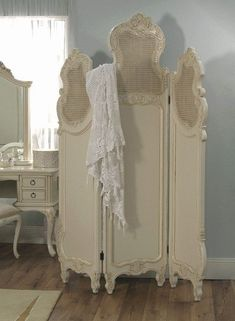 60 Ideas For Vintage Room Divider Shabby Chic Folding Screens Shabby Chic Bedrooms, Shabby Chic Cottage, Shabby Chic Furniture, Shabby Chic Decor, Vintage Furniture, Shabby Chic Room Divider, Shabby Chic Interiors, Romantic Cottage, Romantic Homes
