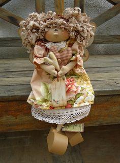 Boneca em madeira, pintada à mão. Cabelo e roupa tecido 100% algodão, nacional e/ou importado.Pernas articuláveis. Sentada. Frete por conta do cliente. R$ 139,00
