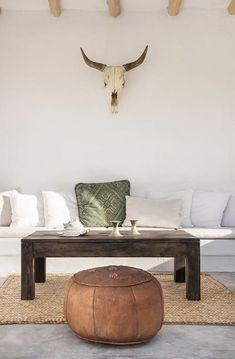 Home Decoration For Living Room Ranch Style Decor, Cafe Interior, Interior Design, Pouf Cuir, Lofts For Rent, Grey Wood, House In The Woods, Solid Oak, Impala