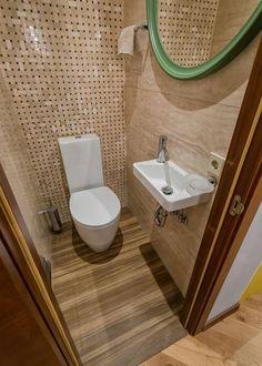 Férfi 60m2-es kétszobás lakásának berendezése - sárga-fehér konyha, sok fa felület, LED szalagok, ázsiai hangulatú csúszó válaszfal