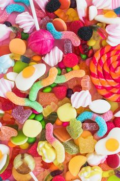 Bunch of colorful candies Bonbons Pastel, Haribo Sweets, Cute Food Wallpaper, Fond Design, Candy Photography, Candy Pictures, Sleepover Food, Gummi Candy, Retro Party