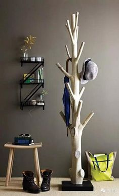 Branch coat rack - 15 Practical DIY Woodworking Ideas for Your Home art crafts ideas materials projects Natural Wood Furniture, Industrial Design Furniture, Art Deco Furniture, Home Furniture, Furniture Design, Wood Coat Hanger, Tree Coat Rack, Pallet Coat Racks, Muebles Art Deco