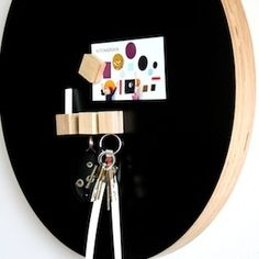 Round, magnetic chalkboard / Kotonadesign Hallway Inspiration, Magnetic Chalkboard, Getting Organized, Sweet Home, Shapes, Tableware, Interior, Woodwind Instrument, Dinnerware