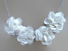 He encontrado este interesante anuncio de Etsy en https://www.etsy.com/es/listing/158811949/cream-fabric-flower-necklace-fabric