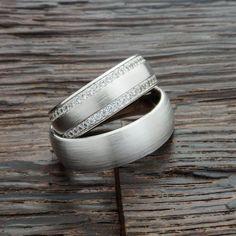 Luxuriöse Eheringe in Platin oder Weißgold mit 2 seitlichen Brillantkränzen