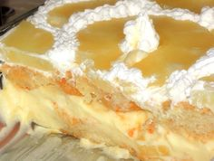 Dit is de ideale taart voor warme zomerdagen. Waarom? Omdat hij heerlijk romig en tropisch smaakt, maar vooral omdat de oven er niet voor aan hoeft! Je kunt de bodem van de taart op twee manieren maken: met lange vinger koekjes, of met een eerder gemaakte panlefi. Beide versies zijn even lekker… Ingrediënten: 2 pakken …
