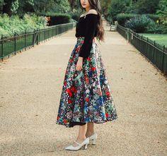 Collection de lamant.  Magnifique jupe longue satin, limpression est nuit base…