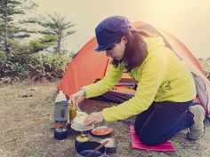 6 Food Packing Tips to Fuel Your First Backpacking Trip Backpacking Food, Camping Meals, Foil Potatoes, Vegetarian Kids, Kid Desserts, Sleeping Under The Stars, Food For A Crowd, Packing Tips, Outdoor Cooking