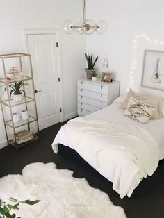 Wonderful 40 beautiful minimalist dorm room decor ideas on a budget (32)(this and several others would be doable for small apartments rather than dorm rooms-but there are a few I saw that would be ..