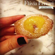 Receita de madeleines com creme de limão siciliano: receita do livro Pequena Cozinha em Paris, da Rachel Koo, testada e aprovada. Também uso blueberrys (mirtilos) para rechear cada madeleine. Confira a receita completa na postagem de Flávia Ferrari