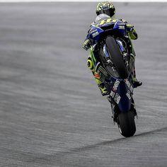 "734 Me gusta, 5 comentarios - Fanpage VR 46✊ (@46_rossi_fans_46) en Instagram: ""#Austriangp #valeyellow #valeyellow46 #valentinorossi #win #motogp #yamaha #monsterenergy #world…"" Italian Pronunciation, Fighting Gif, Valentino Rossi 46, Motorcycle Racers, Vr46, Monster Energy, Motogp, Yamaha, Goat"