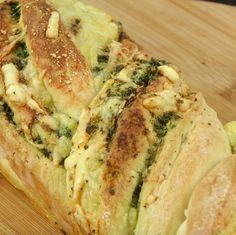 chleb z masłem czosnkowym z pietruszką, serem żółtym i parmezanem Sweet Recipes, Quiche, Bagel, Recipies, Food And Drink, Pizza, Menu, Cooking Recipes, Baking