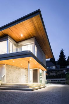 Architect Frits de Vries has designed the Mathers Avenue Residence, located in Vancouver, Canada. Modern Roofing, Modern Exterior, Soffit Ideas, Butterfly Roof, House Cladding, Exterior Makeover, Dream House Plans, House Roof, Modern House Design
