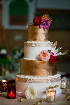 Gold and white wedding cake ⎪Amanda Megan Miller Photography ⎪ see more on: http://burnettsboards.com/2015/08/boho-wedding-vintage-chicago-venue/