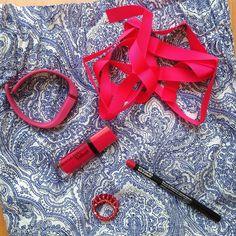 Lo del fondo es la falda (que antes era un vestido pero la convertí en una #paperbagskirt) y el resto de cosas pues los accesorios que usaré para darle color al #outfit  #cashmeredesign #estampadocashmere #skirt #falda #gonna #oysho #fucsia #fuchsia #lipstick #labial #rossetto #ribbon #grosgain #grosgainribbon #cinta #cintagrosgain #nyx #plushred #rougeeditionvelvet #bourjois #fitbit #ring #anillo #anello #OOTD #details #detalles #detagli