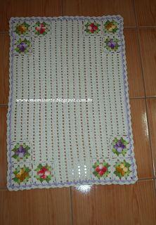 """Crochet et Tricot da Mamis: Tapete em Crochet """"Flores nos 4 cantos""""- Receita Crochet Doily Rug, Crochet Placemats, Annie's Crochet, Fillet Crochet, Crochet Curtains, Crochet Table Runner, Easter Crochet, Crochet Borders, Crochet Squares"""